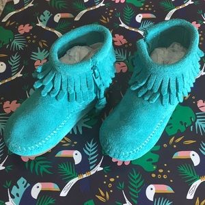 Child's Minnetonka double fringed moccasins. NWOT